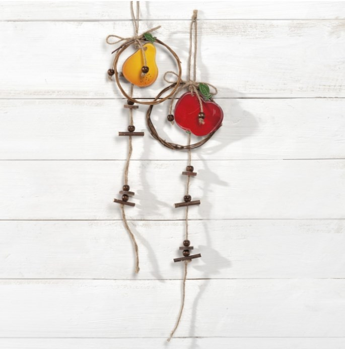 Ξύλινο διακοσμητικό κρεμαστό μήλο σε κόκκινο χρώμα. Διακοσμημένο με natural ξύλινους κορμούς και σπάγγο.