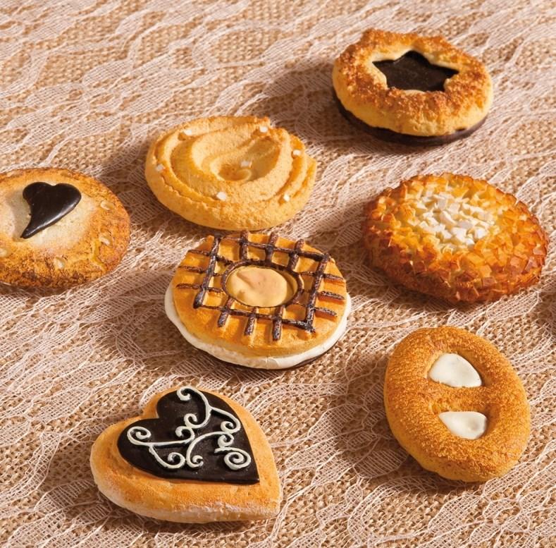 Πολυεστερικό διακοσμητικό μαγνητάκι σε σχήμα μπισκότου σε αποχρώσεις του καφέ.