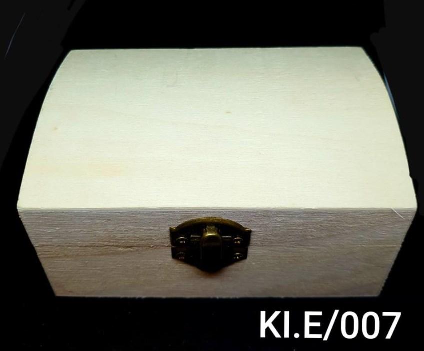 Ξύλινο αλουστράριστο κουτάκι σε σχήμα μπαούλου Υ6,5 x Π9 x Μ13 cm