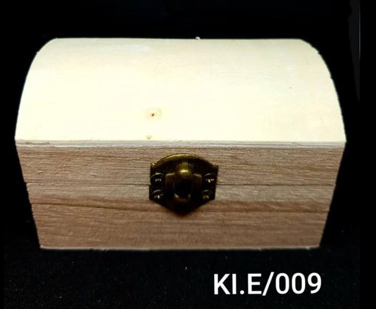 Ξύλινο αλουστράριστο κουτάκι σε σχήμα μπαούλου Υ5,5 x Π6 x Μ9,5 cm